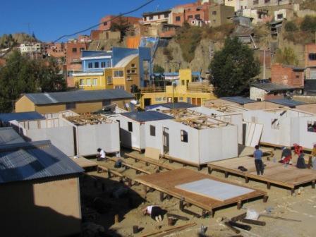 Voluntarios para construir viviendas sociales techo para for Techos livianos para viviendas